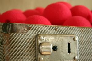 Koffer met rode neuzen